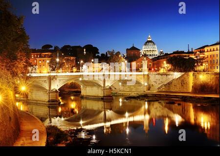 Rome, Italie - Vue panoramique d'un pont au-dessus du Tibre et la Basilique Saint Pierre du Vatican en dôme dans Banque D'Images