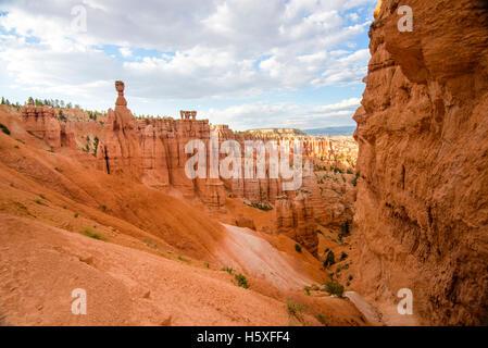 Vue panoramique, Thors Hammer, Bryce Canyon National Park, situé à l'Utah, dans le sud-ouest des États-Unis. Banque D'Images