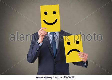 Visage sourire dessin sur carton jaune Banque D'Images