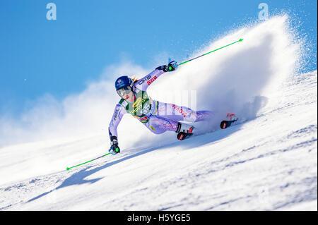 Sölden, Autriche. 22 octobre, 2016. Petra Vlhova de Slovaquie est en concurrence au cours de la première exécution de la Coupe du monde de slalom géant dames course à Sölden, Autriche le 22 octobre 2016. Credit: Jure Makovec/Alamy Live News Banque D'Images