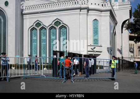 Contrôle de police fidèles musulmans avant d'entrer dans la prière du vendredi à la Mosquée Cathédrale de Moscou nouvellement restauré de la mosquée principale de Moscou et l'une des plus grandes d'Europe situé sur l'Avenue Olimpiysky, centre de Moscou Russie