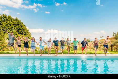 Groupe d'adolescents, les adolescents sautant dans la piscine, lazio, Italie Banque D'Images