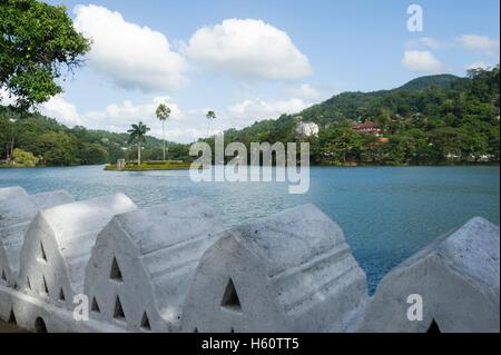 Les nuages Wall (Mur) Walakulu au lac de Kandy, Kandy, Sri Lanka Banque D'Images