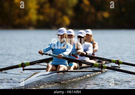 High school sports d'équipe, de l'aviron sur la rivière Connecticut, Gill, Massachusetts Banque D'Images