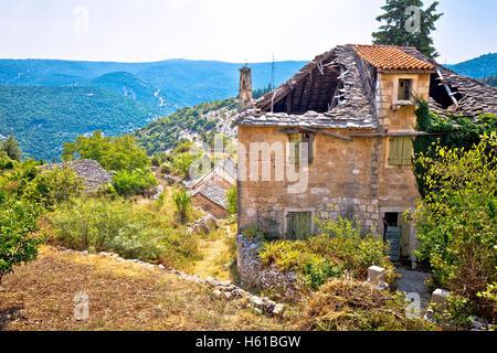 Stone village rural de Stuck in the Middle (single) ruines, île de Brac, Dalmatie, Croatie Banque D'Images