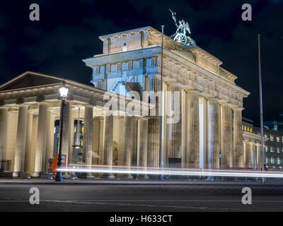 La vue étonnante de la Brandenburger Tor avec voiture - 4 Banque D'Images