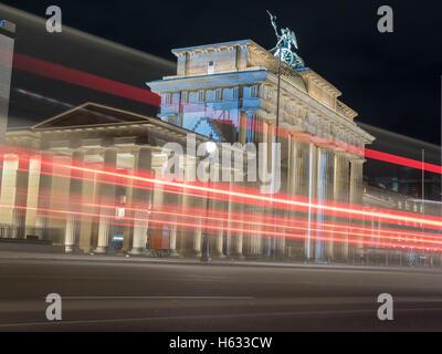 La vue étonnante de la Brandenburger Tor avec voiture Banque D'Images