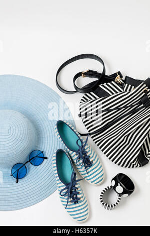Accessoires de mode en noir et blanc et bleu couleurs - hat vêtements, chaussures et sacs, bracelets et lunettes. Banque D'Images