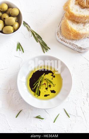 L'huile d'olive bio de romarin, vinaigre balsamique et épices sur fond noir en blanc avec copie espace, concept Banque D'Images