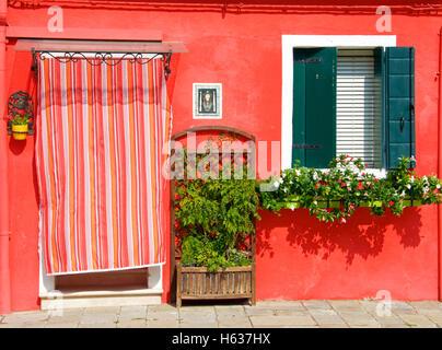 Les cabanes de pêcheurs colorées sur Burano île dans la lagune de Venise, Italie Banque D'Images
