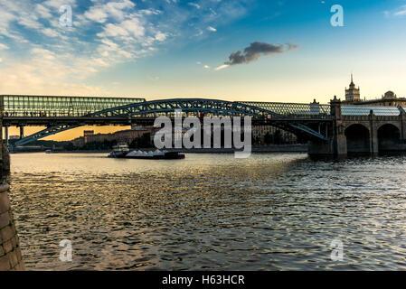 Pont sur la rivière Moscova à Moscou vue depuis le Parc Gorky Banque D'Images
