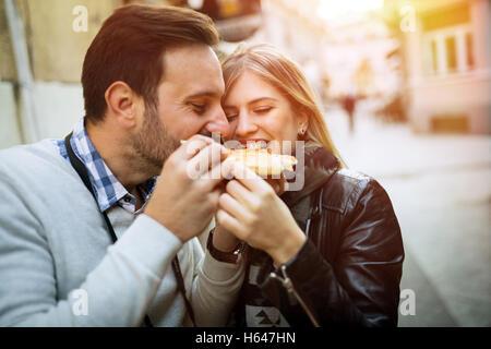 Heureux couple tourisme pizza partage Banque D'Images