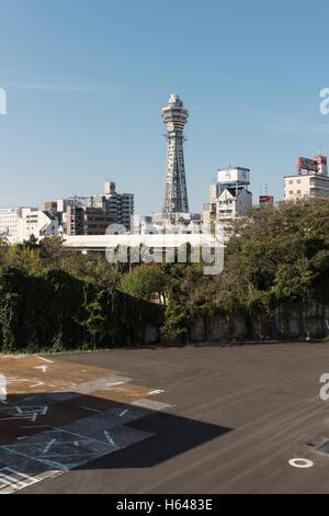 Osaka, Japon - 2 décembre 2015: tour Tsūtenkaku se trouve dans le quartier Shinsekai d'Osaka, au Japon. Il a été Banque D'Images