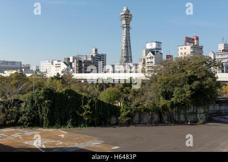 Osaka, Japon - 2 décembre 2015: tour Tsūtenkaku se trouve dans le quartier Shinsekai d'Osaka, au Japon. Banque D'Images