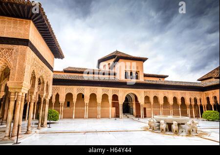 Granada, Espagne. Patio de los Leones dans Alhambra de Grenade, l'un des monuments les plus connus en Espagne. Banque D'Images