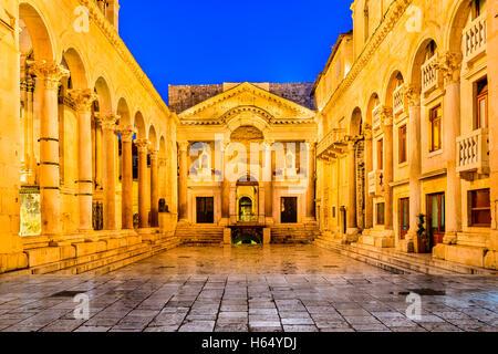 Split, Croatie. Péristyle du palais de Dioclétien, en face de la cathédrale de saint Domnius Bell Tower. Banque D'Images