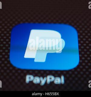 Services bancaires en ligne Paypal app close up sur l'écran du téléphone intelligent iPhone Banque D'Images