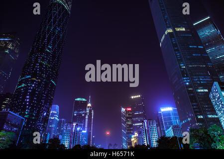 Crépuscule sur la place aux fleurs et les gratte-ciel modernes dans le centre-ville de Guangzhou, Chine. Banque D'Images