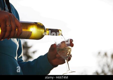 Verser le vin Banque D'Images