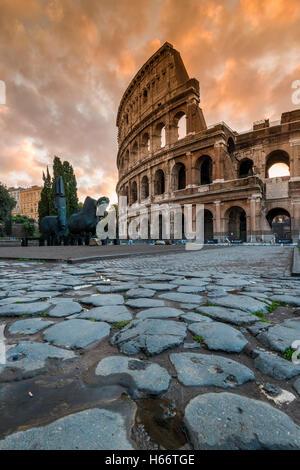 Lever du Soleil vue sur le Colisée ou Coliseum, Rome, Latium, Italie Banque D'Images