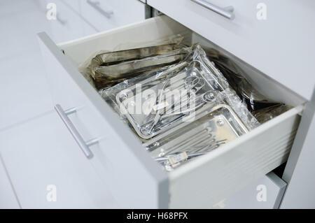 Les instruments chirurgicaux dans une boîte spéciale Banque D'Images
