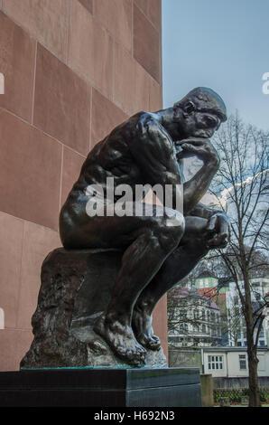 Le Penseur sculpture réalisée par Auguste Rodin. Le penseur, en face de la Kunsthalle de Bielefeld Banque D'Images