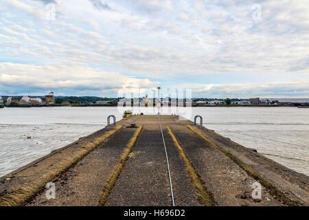 Le long de la jetée en béton désaffecté près de la rivière Thames Barrier Banque D'Images
