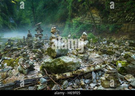Les cheminées en pierre de rivière Radovna et gorges de Vintgar près de Bled en Slovénie