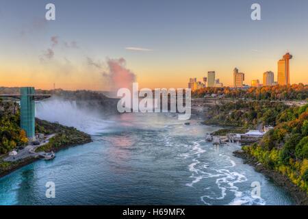 La rivière Niagara, y compris l'American Falls, les chutes canadiennes et les toits de Niagara Falls, Ontario, juste Banque D'Images