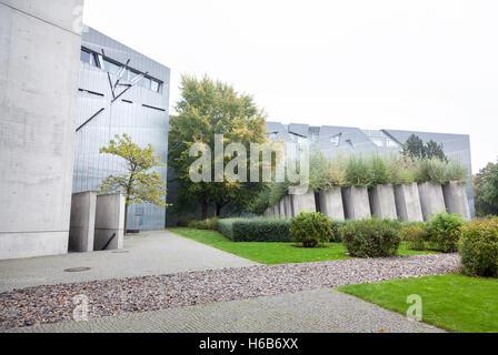 Au début de l'automne les arbres autour de musée juif de Berlin par l'architecte libeskind Banque D'Images