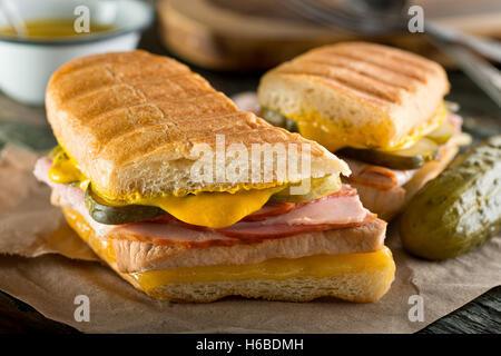 Un authentique sandwich cubain sur enfoncé medianoche le pain avec du porc, du jambon, du fromage, cornichon, et Banque D'Images