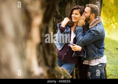 Couple d'amoureux dans le parc en automne Banque D'Images