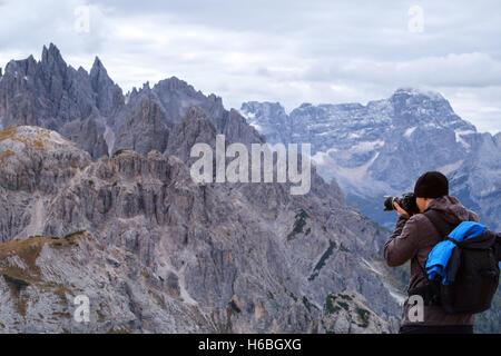 Photographe de prendre une photo le coucher du soleil sur les Dolomites Alps-Italy Banque D'Images