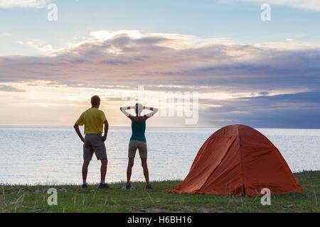 Jeune couple au camping Banque D'Images