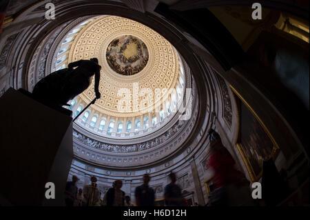 Jusqu'à la vue de la statue de George Washington dans la rotonde de la Capitole, montrant le Constantino Brumidi fresco, l'Apothéose de Washington sur le plafond suite à la restauration, à Washington, DC.