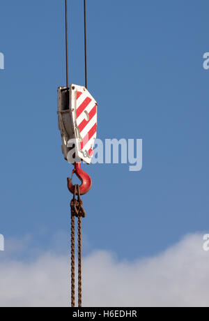 Crochet de grue rouge et blanc contre un ciel bleu Banque D'Images