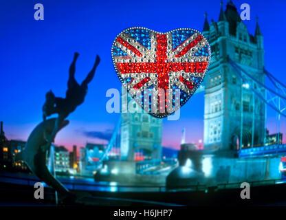 Tourisme à thème conceptuel amusant en forme de coeur mousseux réfléchissant motif Union Jack Flag avec le Tower Banque D'Images