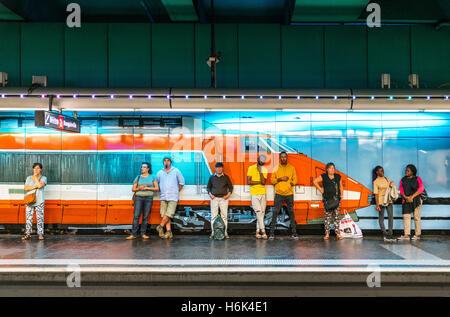 Marseille, France - 25 Septmber 2016: personnes waithing un train dans la station de métro Vieux Port Banque D'Images
