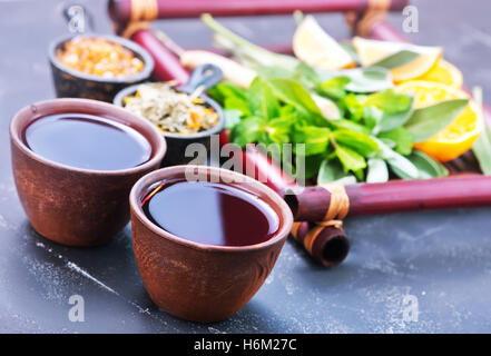 Tasses à thé frais et sur une table Banque D'Images