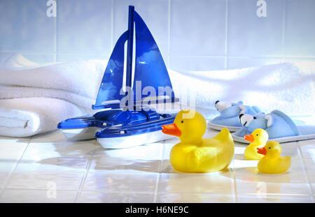Laver l'animal isolé bleu bébé jouet propreté bec de canard en plastique humide laver matériau synthétique bateau Banque D'Images