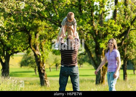 Famille de prendre une marche dans la nature