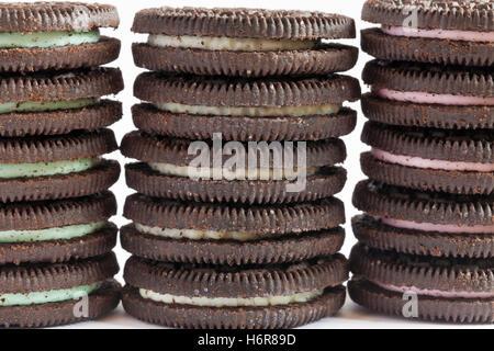 Pile de saveur de menthe, saveur d'origine et la saveur des biscuits Oreo Cheesecake aux fraises sur fond blanc Banque D'Images