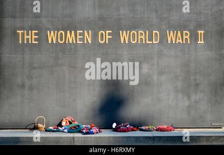 Londres, Angleterre, Royaume-Uni. Les femmes de World War II memorial à Whitehall. Couronnes et un panier de fleurs à gauche