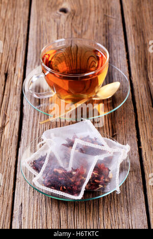 Tasse verre Tumbler calice vie encore plateau verre boire bavoirs fruits feuilles bois gros plan boissons soucoupe en nylon soie séché personne n