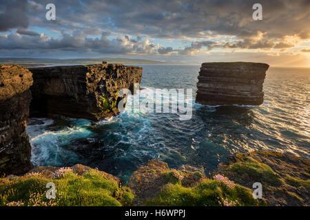 Soirée à Dun Briste, Downpatrick Head, dans le comté de Mayo, Irlande. Banque D'Images