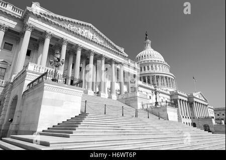 Escalier d'entrée à la Chambre des représentants au Capitole à Washington DC, USA en bnw
