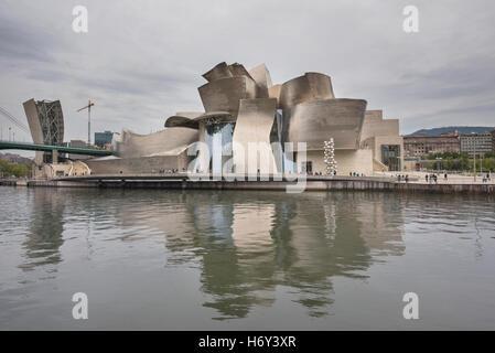 Bilbao, Espagne - 16 octobre 2016: avis d'art moderne et contemporain Guggenheim Museum, conçu par l'architecte Banque D'Images
