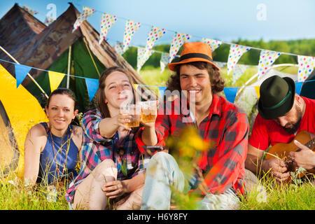 Les jeunes boivent au festival d'été Banque D'Images