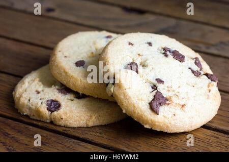 Puce ronde au chocolat biscuits sablés. Sur bois rustique. Banque D'Images