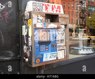 Vandalisé et graffiti non incrustés de guichets automatiques bancaires détenus dans le quartier de l'East Village Banque D'Images